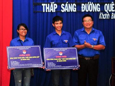 Anh Võ Hoàn Hải - Bí thư Tỉnh đoàn trao tượng trưng công trình thanh niên cho đại diện 2 xã