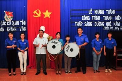 Các đại biểu trao tặng trống cho 2 trường