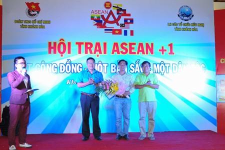 Anh Võ Hoàn Hải tặng hoa tri ân các đơn vị tài trợ và cùng tham gia hội trại.
