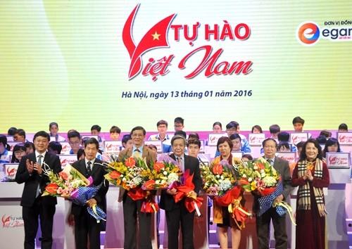 Đồng chí Lê Quốc Phong- Bí thư BCH Trung ương Đoàn; Chủ tịch Hội SVVN và đồng chí Nguyễn Thị Nghĩa- Thứ trưởng Bộ Giáo dục và Đào tạo tặng hoa cảm ơn Hội đồng Ban giám khảo