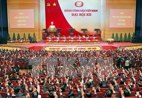 Các đại biểu biểu quyết thông qua Nghị quyết Đại hội XII Đảng Cộng sản Việt Nam. (Nguồn: TTXVN)