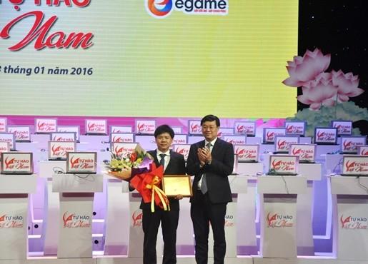 Ông Nguyễn Ngọc Thủy- Giám đốc Công ty Egame nhận hoa cảm ơn của Ban tổ chức