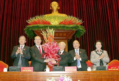 Các đại biểu Hội nghị lần thứ nhất BCH Trung ương Đảng khoá XII chúc mừng đồng chí Nguyễn Phú Trọng được tín nhiệm bầu làm Tổng Bí thư Ban Chấp hành Trung ương Đảng Cộng sản Việt Nam khoá XII. Ảnh - TTXVN
