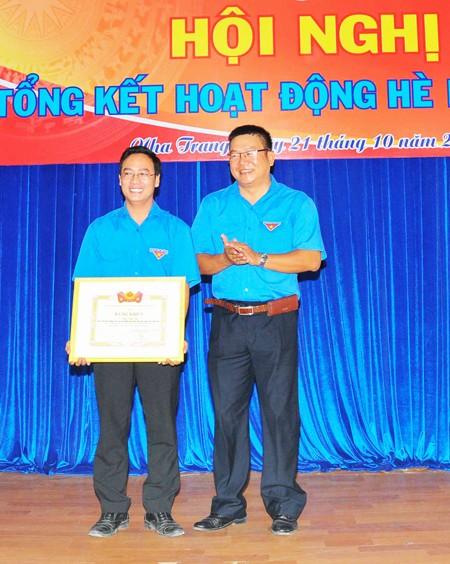 Anh Thái Văn Tài nhận bằng khen của Trung ương Đoàn