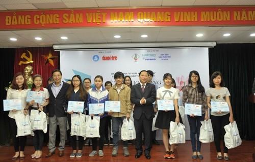 Đồng chí Nguyễn Phi Long - Bí thư BCH Trung ương Đoàn, Chủ tịch Hội LHTN Việt Nam trao học bổng