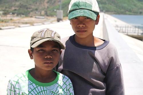 hai cau be 2131 1461343378 1 - Trao Huy hiệu 'Tuổi trẻ dũng cảm' cho 2 học sinh cứu người