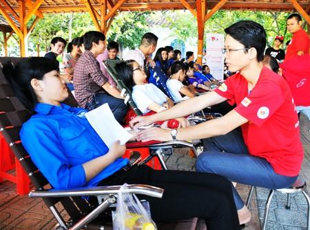 Sinh viên Trường Đại học Nha Trang tham gia hiến máu nhân đạo