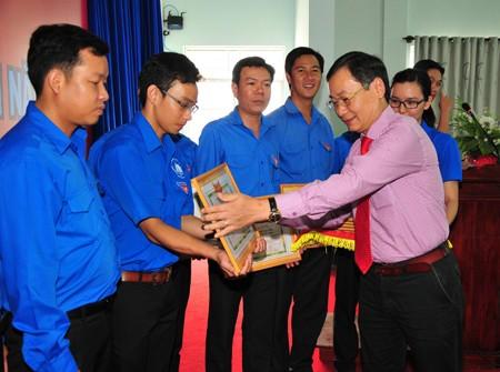 Ông Nguyễn Đắc Tài trao bằng khen cho các tập thể xuất sắc.