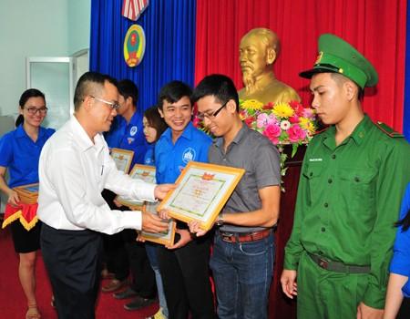 Ban tổ chức khen thưởng các cá nhân có thành tích xuất sắc trong Tháng Thanh niên.