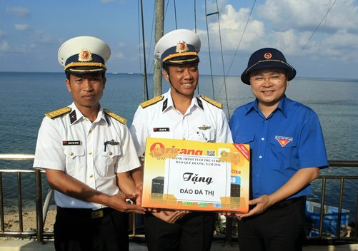 Đồng chí Nguyễn Anh Tuấn - Bí thư BCH Trung ương Đoàn thăm, tặng quà quân dân trên đảo Đá Thị thuộc quần đảo Trường Sa.