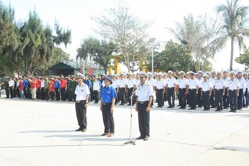 Đoàn hành trình dự Lễ chào cờ và duyệt đội hình danh dự tại đảo Sơn Ca và Song Tử Tây thuộc quần đảo Trường Sa.
