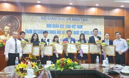 Thứ trưởng Nguyễn Vinh Hiển tặng Bằng khen, hoa và phần thưởng của Bộ GD&ĐT cho các bạn học sinh.