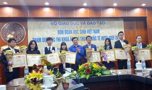 Bí thư Trung ương Đoàn Nguyễn Long Hải trao tặng Bằng khen của BCH Trung ương Đoàn TNCS Hồ Chí Minh cho các bạn đạt giải tại Intel ISEF 2016