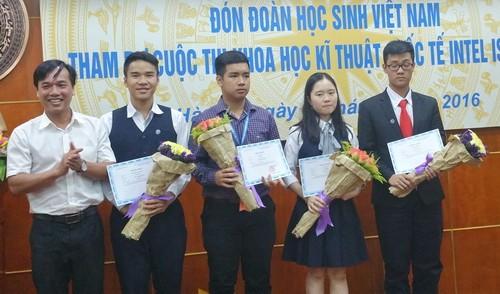Đồng chí Nguyễn Bình Minh - Phó trưởng Ban Thanh niên trường học Trung ương Đoàn tặng hoa cho các bạn tham gia Intel ISEF 2016