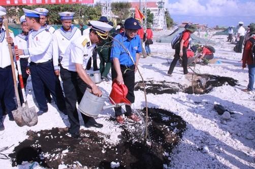 Đồng chí Nguyễn Anh Tuấn - Bí thư BCH Trung ương Đoàn cùng các đồng chí Lãnh đạo báo tuổi trẻ, Quân chủng Hải quân trồng cây lưu niệm tại đảo Sơn Ca