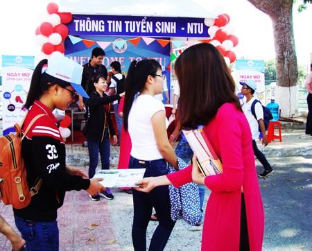 Sinh viên Trường Đại học Nha Trang tư vấn cho các học sinh