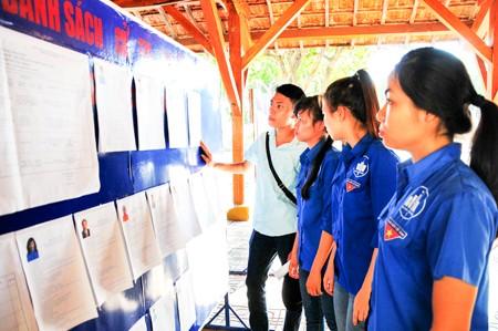 Đoàn viên, thanh niên Trường Đại học Nha Trang xem danh sách ứng cử viên được niêm yết tại trường