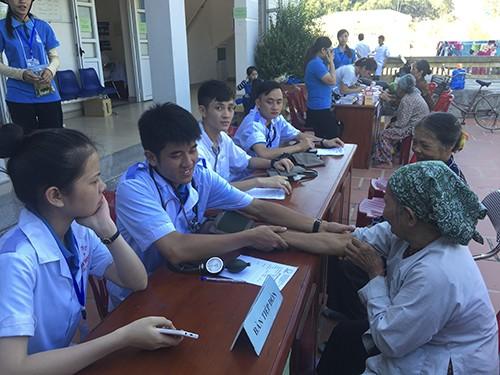 Các y bác sỹ trẻ tình nguyện tham gia tư vấn khám chữa bệnh cho bà con nhân dân huyện đảo Cô tô