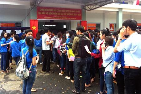 Cử tri tại tổ bầu cử số 9 TP. Nha Trang tham gia bỏ phiếu.