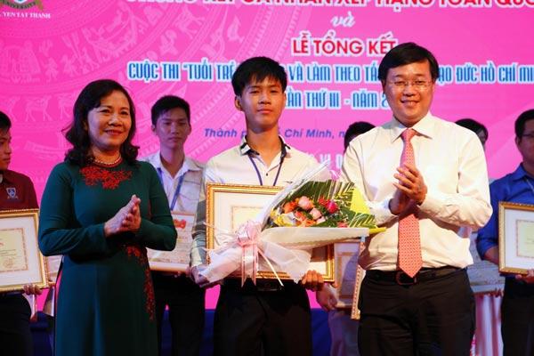 Bí thư thứ nhất Trung ương Đoàn TNCS Hồ Chí Minh Lê Quốc Phong và Thứ trưởng Bộ Giáo dục - Đào tạo Nguyễn Thị Nghĩa chúc mừng thí sinh Huỳnh Thanh Thân đoạt giải nhất cuộc thi.