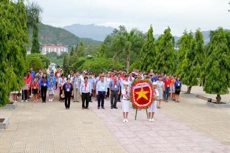 Các đoàn viếng Nghĩa trang liệt sĩ Hòn Dung