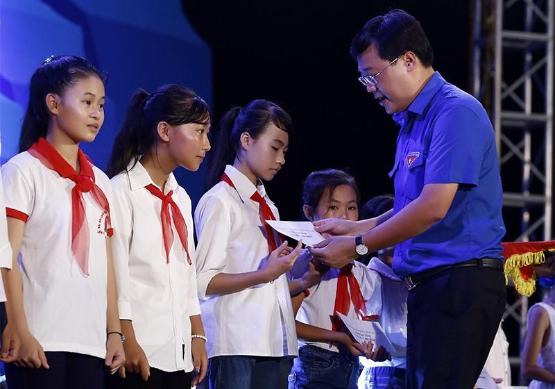 """traohocbong 6680 1 - Đêm nghệ thuật """"Tự hào biển đảo Việt Nam"""" tại huyện đảo Cô Tô"""