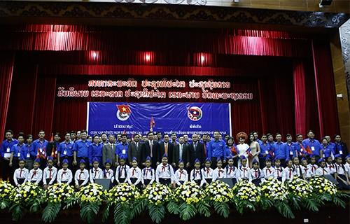Lãnh đạo thanh niên hai nước Việt Nam - Lào chụp ảnh lưu niệm với đoàn viên thanh niên, thiếu nhi tại chương trình