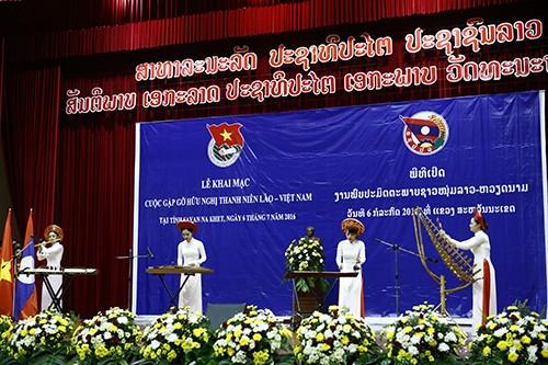 Tiết mục văn nghệ của Đoàn thanh niên Việt Nam tại lễ khai mạc