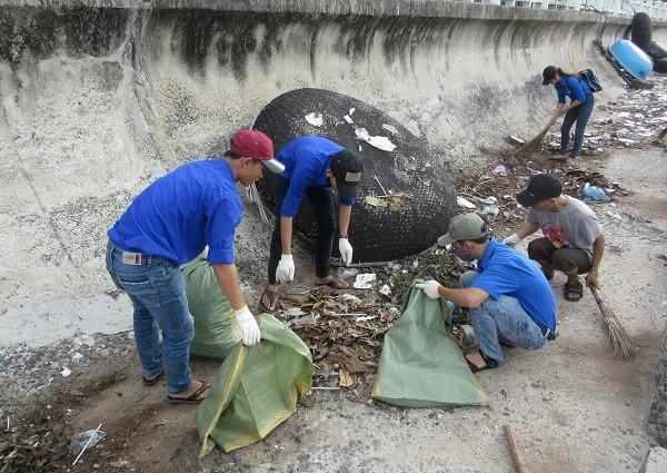 don20ve20sinh2022010 7 - 70 đoàn viên, thanh niên tham gia dọn vệ sinh bờ kè biển Nha Trang