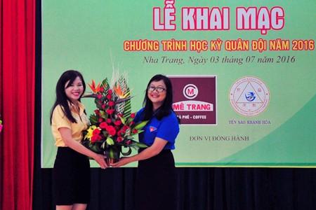 Ban tổ chức tặng hoa tri ân các nhà tài trợ