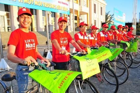 Nhân viên Lotte Mart Nha Trang hăng hái tham gia đạp xe tuyên truyền bảo vệ môi trường.