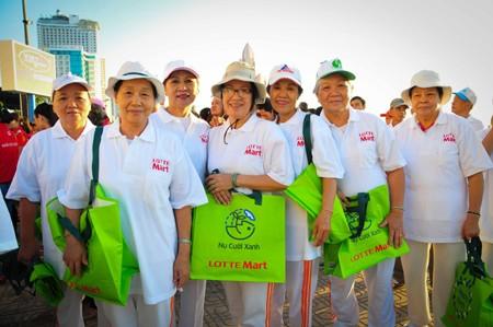 Người dân TP. Nha Trang cũng phấn khởi tham gia tuyên truyền.