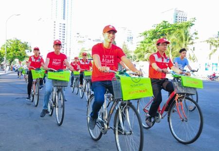 Đạp xe tuần hành trên đường Trần Phú.