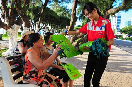 Phát túi cho người dân TP. Nha Trang.