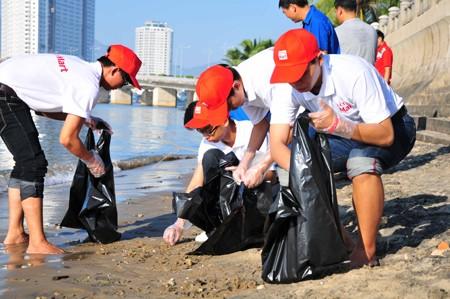 Cùng nhau thu gom rác trên bãi biển.