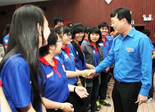 Bí thư thứ nhất T.Ư Đoàn Lê Quốc Phong thăm hỏi, động viên sinh viên tình nguyện tham gia chương trình TSMT năm 2016