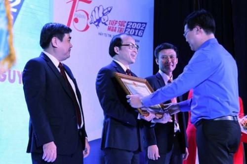 Bí thư thứ nhất T.Ư Đoàn Lê Quốc Phong thay mặt Chủ tịch nước trao Huân chương lao động hạng ba cho tập thể Tập đoàn Thiên Long nhằm ghi nhận những đóng góp tích cực cho chương trình TSMT liên tục trong 15 năm qua