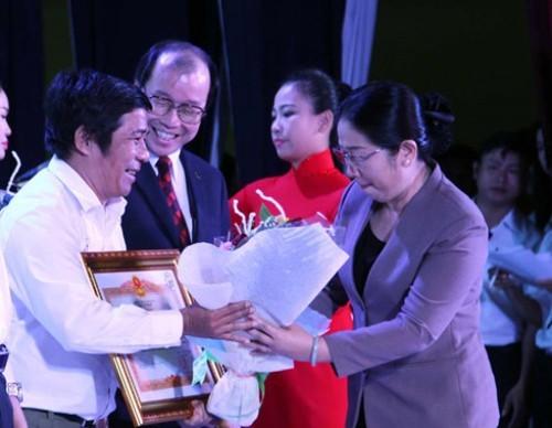 Phó bí thư Thành ủy TP.HCM Võ Thị Dung trao bằng khen của Thủ tướng Chính phủ cho anh Võ Ba, Trưởng ban Thanh Niên-Giáo dục