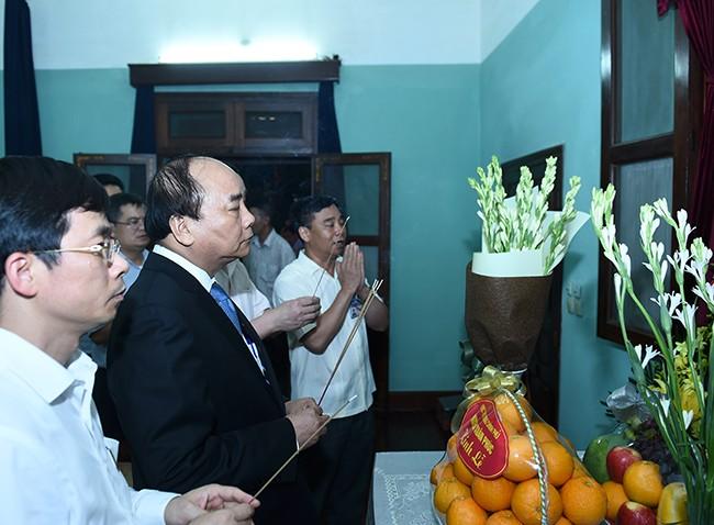 Thủ tướng Nguyễn Xuân Phúc dâng hương tưởng nhớ Chủ tịch Hồ Chí Minh - Ảnh: VGP/Quang Hiếu