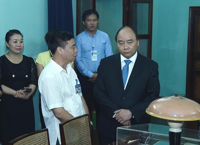 Thủ tướng Nguyễn Xuân Phúc thăm hỏi, động viên cán bộ, nhân viên Khu di tích - Ảnh: VGP/Quang Hiếu