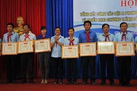 Ban tổ chức trao bằng khen của Trung ương Đoàn cho các tập thể xuất sắc