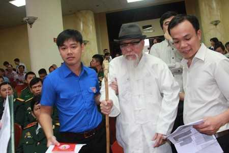 Một đảng viên cao tuổi đến dự lễ kỷ niệm 87 năm ngày thành lập Đảng.