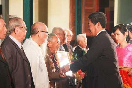Lãnh đạo tỉnh trao huy hiệu cho những Đảng viên cao tuổi đảng