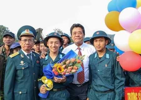 Ông Lê Thanh Quang - Ủy viên Trung ương Đảng, Bí thư Tỉnh ủy tặng hoa cho thanh niên