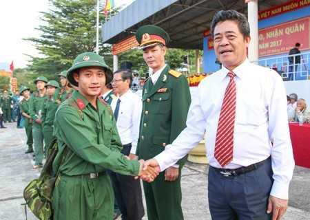 Lê Thanh Quang - Ủy viên Trung ương Đảng, Bí thư Tỉnh ủy động viên thanh niên trước lúc lên đường vào đơn vị