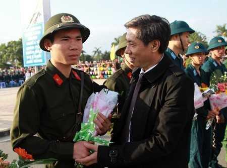 Ông Lê Đức Vinh tặng hoa cho tân binh