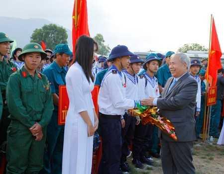 Ông Đào Công Thiên, Phó Chủ tịch UBND tỉnh Khánh Hòa tặng hoa cho các tân binh.