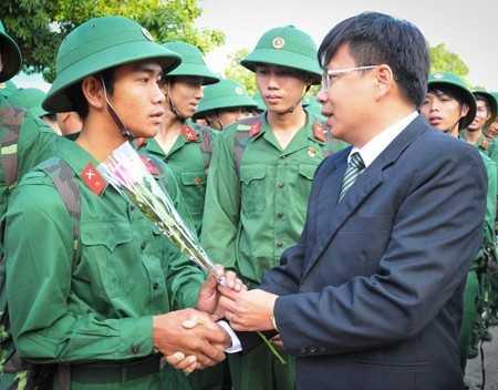 Lãnh đạo huyện Cam Lâm tặng hoa động viên các tân binh