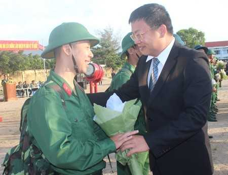 Ông Võ Hoàng Hải - Bí thư huyện Vạn Ninh tặng hoa, động viên các tân binh.