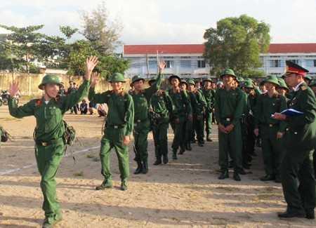 Các tân binh huyện Vạn Ninh hăng hái lê đường nhập ngũ.